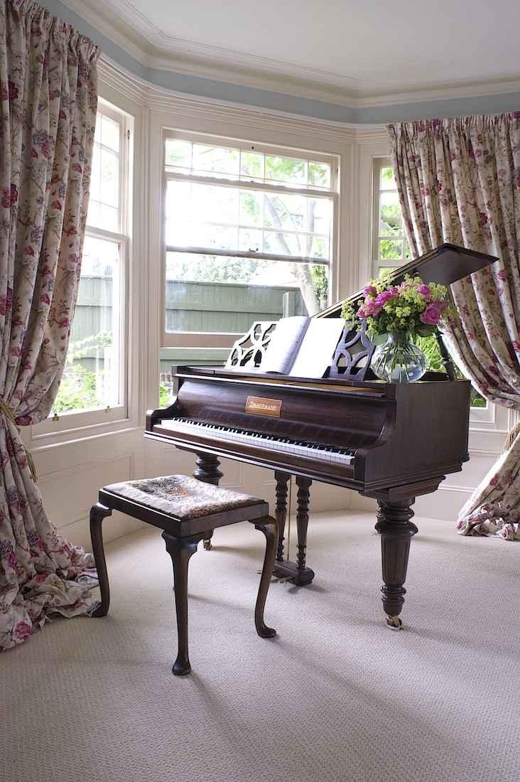 Рояль с пуфиком, английский интерьер