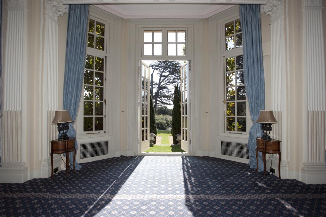 Дворцовый интерьер в английском стиле, тумбочки